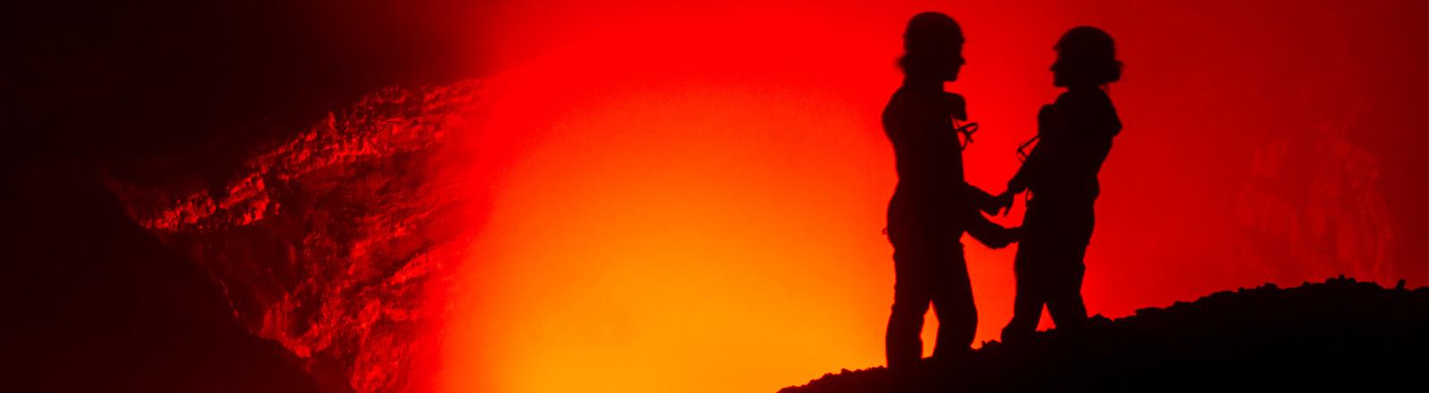 Ulla Lohmann und Basti am Rande des Vulkans