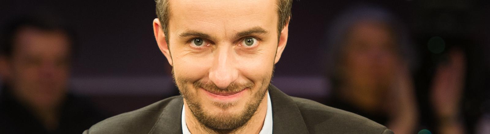 ZDF Neo Moderator, Jan Böhmermann, sitzt am 06.02.2015 im NDR-Studio in Hannover (Niedersachsen).