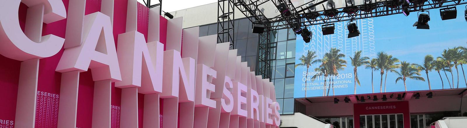 """Schild mit der Aufschrift """"Cannesseries"""" in Cannnes"""