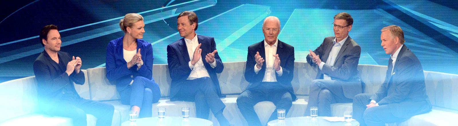 """Moderator Johannes B. Kerner (r) sitzt am 02.07.2014 in Köln (Nordrhein-Westfalen) in der ZDF-Show """"Deutschlands Beste! Männer"""" neben seinen Gästen: Comedian Michael """"Bully"""" Herbig (l-r), Sportlerin Maria Höfl-Riesch, Journalist Claus Kleber, Sportler Franz Beckenbauer und Moderator Günther Jauch."""