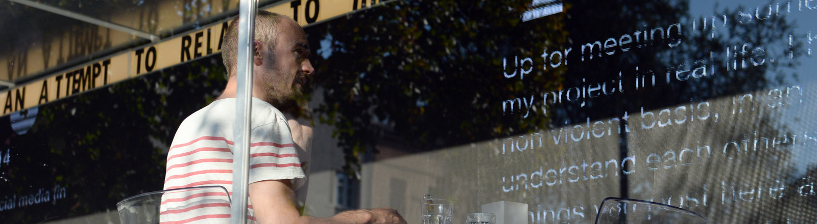 """Künster Dries Verhoeven bei seiner Aktion """"Wanna Play""""in einem Glascontainer auf dem Heinrichplatz in Berlin"""