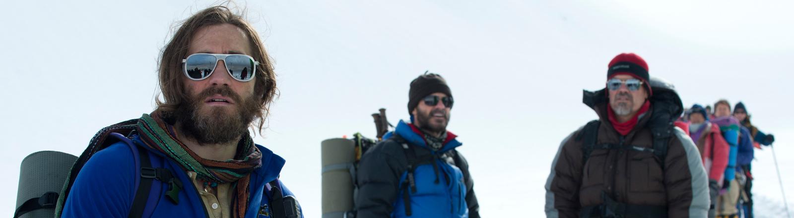 """Jake Gyllenhaal (l) als Scott Fischer und Josh Brolin als Beck Weathers (r) in einer Szene des Kinofilms """"Everest"""" (undatierte Filmszene)."""