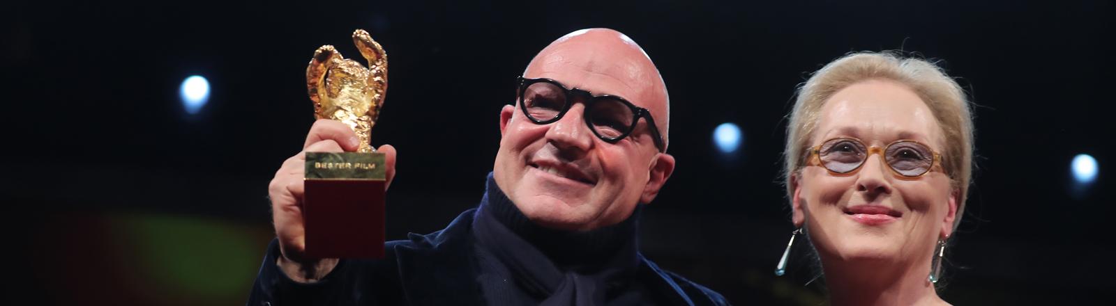 """66. Internationale Filmfestspiele Berlin, 20.02.2016, Abschluss und Preisverleihung: Preisträger Gianfranco Rosi (l) / Goldener Bär für den besten Film für """"Fuocoammare"""" und Meryl Streep."""