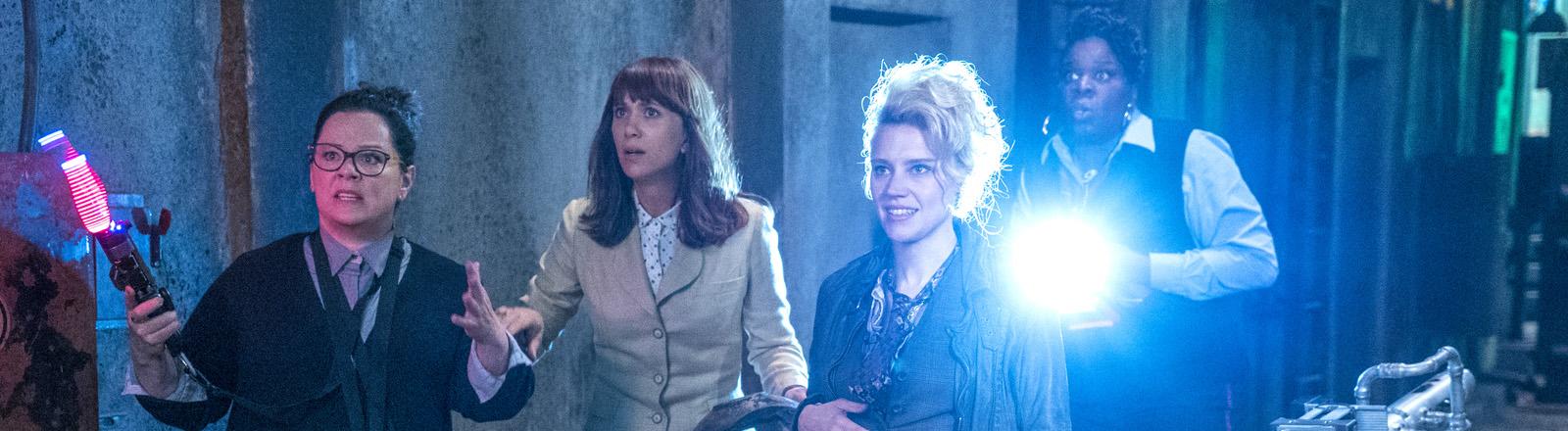 """Die Schauspielerinnen Melissa McCarthy (Abby), Kristen Wiig (Erin), Kate McKinnon (Holtzmann) und Leslie Jones (Patty) in einer Szene des Films """"Ghostbusters""""."""
