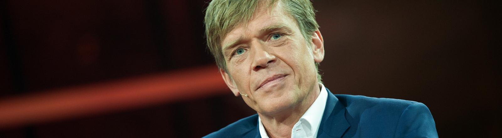 Hajo Schumacher, Journalist, sitzt am 11.10.2015 in Berlin im Gasometer in der ARD-Talkreihe Günther Jauch.
