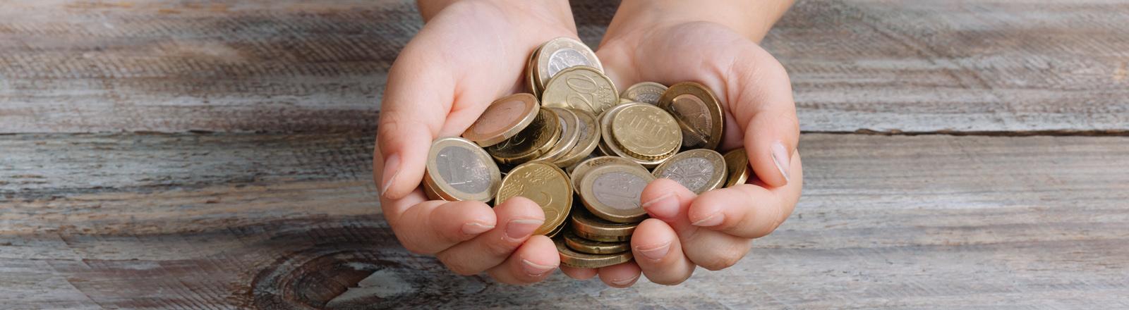 Zwei Hände voll Geld