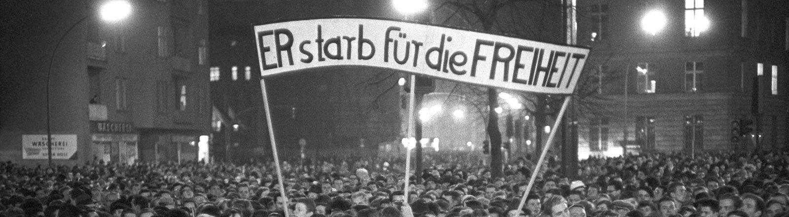 Trauer um den amerikanischen Präsidenten am 25.11.1963 auf dem John F. Kennedy Platz vor dem Rathaus Schöneberg in Berlin