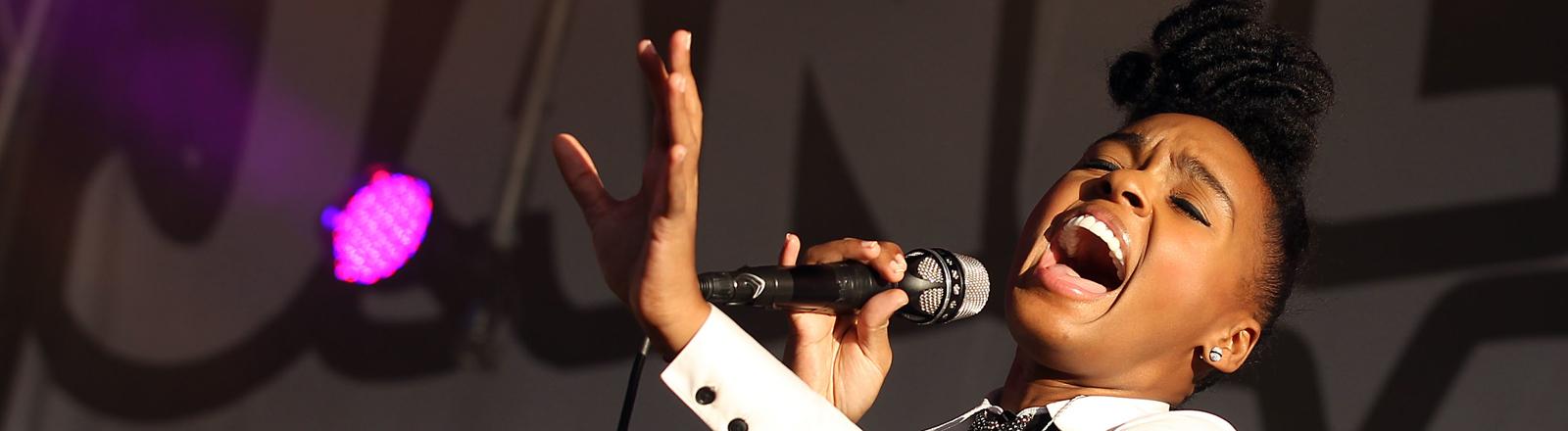 Die Soulsängerin Janelle Monáe tritt am Mittwoch (22.06.2011) in Köln zum Auftakt der Musikmesse c/o pop mit ihrer Band auf. Das Kölner Musik-Event erkundet bei seiner achten Auflage neue Entwicklungen der Popmusik. Foto: Oliver Berg dpa/lnw
