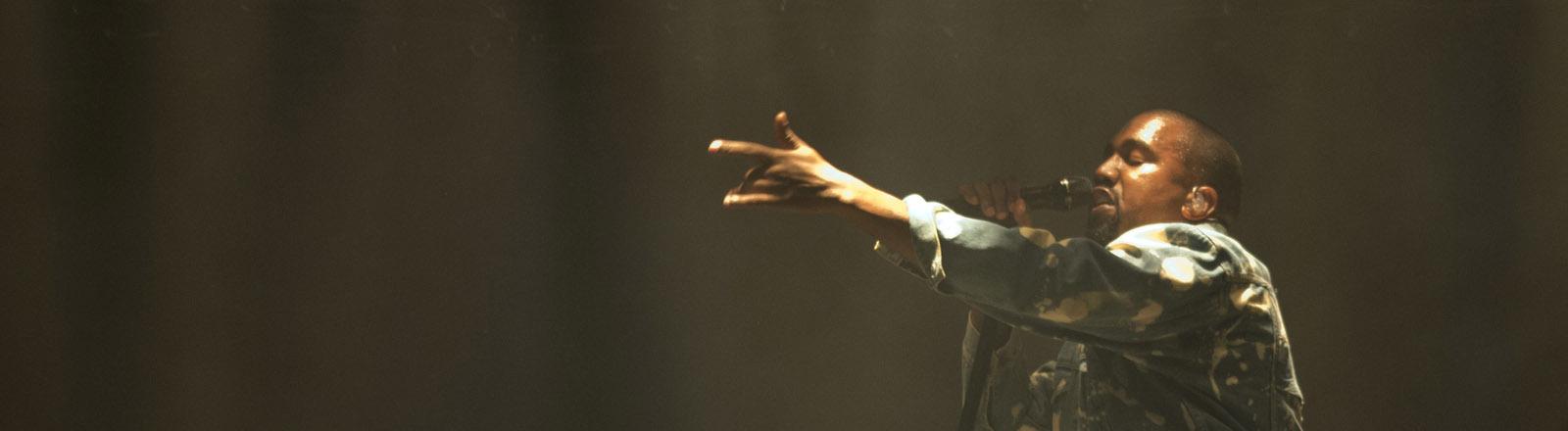 Kanye West bei seinem Auftritt beim Glastonbury-Festival 2015