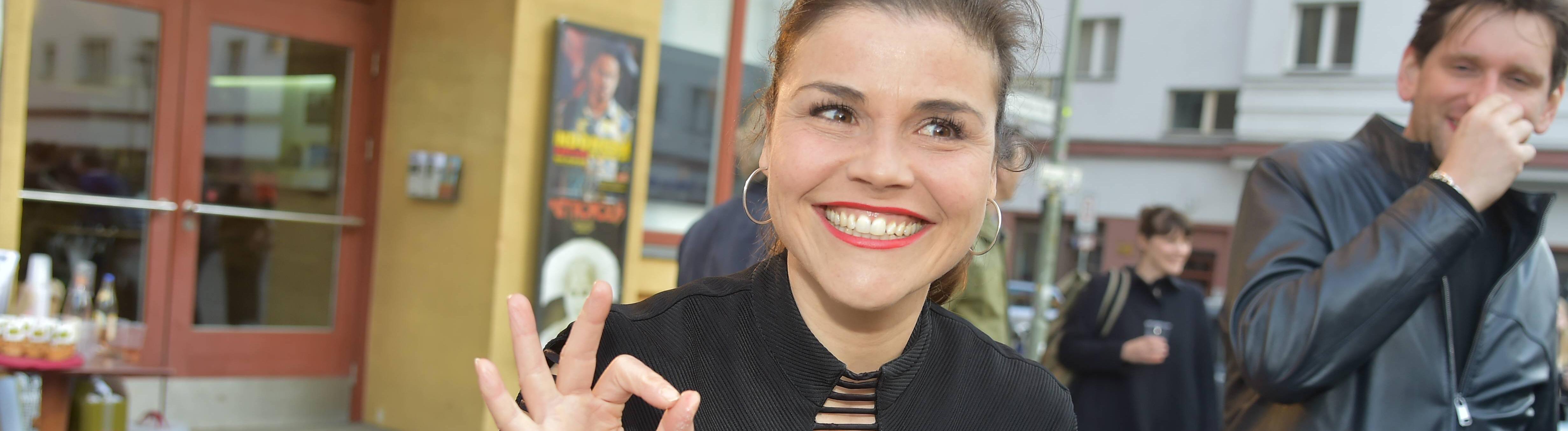 Katharina Wackernagel mit Kuchen und Faenchen zum Film bei der Premiere wenn Fliegen Traeumen,