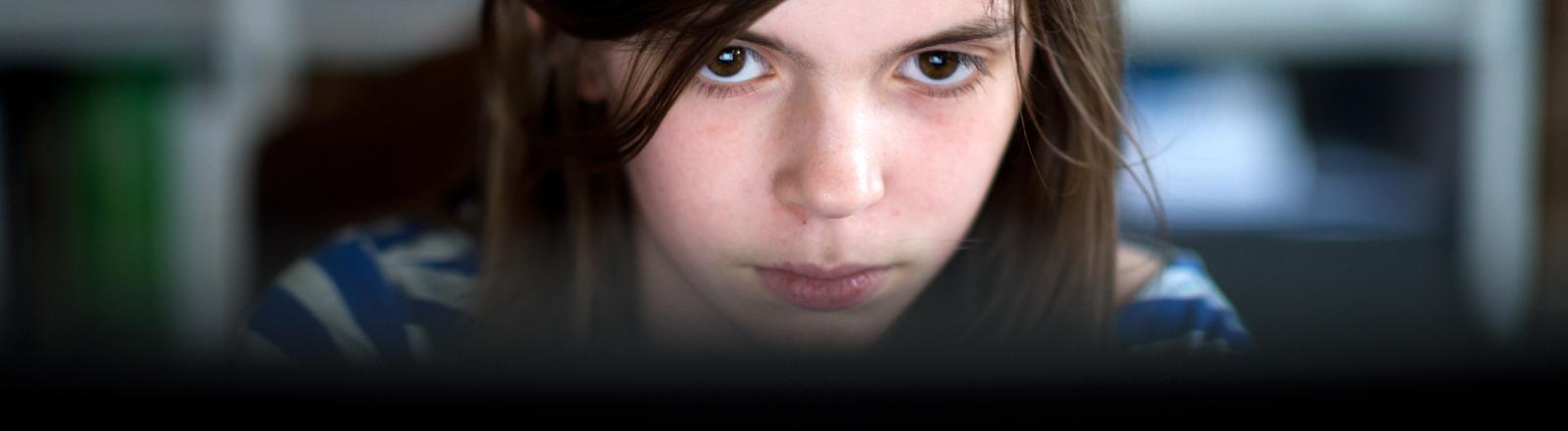 Die 12-jährige Lotta sitzt am 31.03.2014 in Berlin vor einen Computer und surft im Internet.