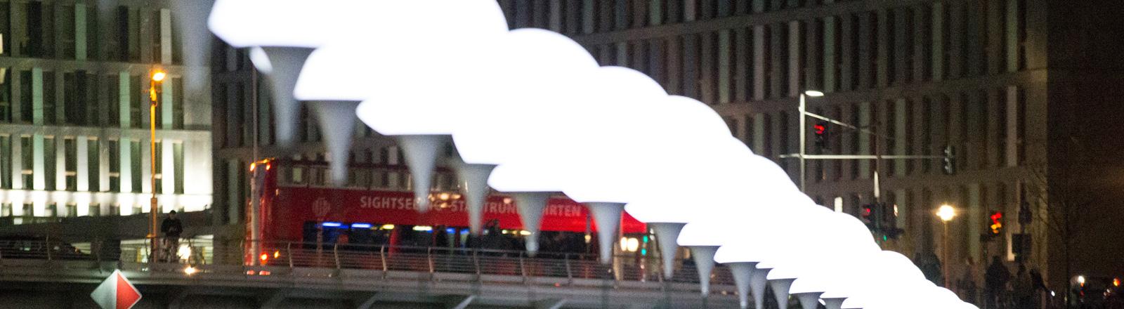 Ballonstelen leuchten am 08.11.2014 in den frühen Abendstunden entlang des ehemaligen Verlaufs der Berliner Mauer im Regierungsviertel in Berlin.