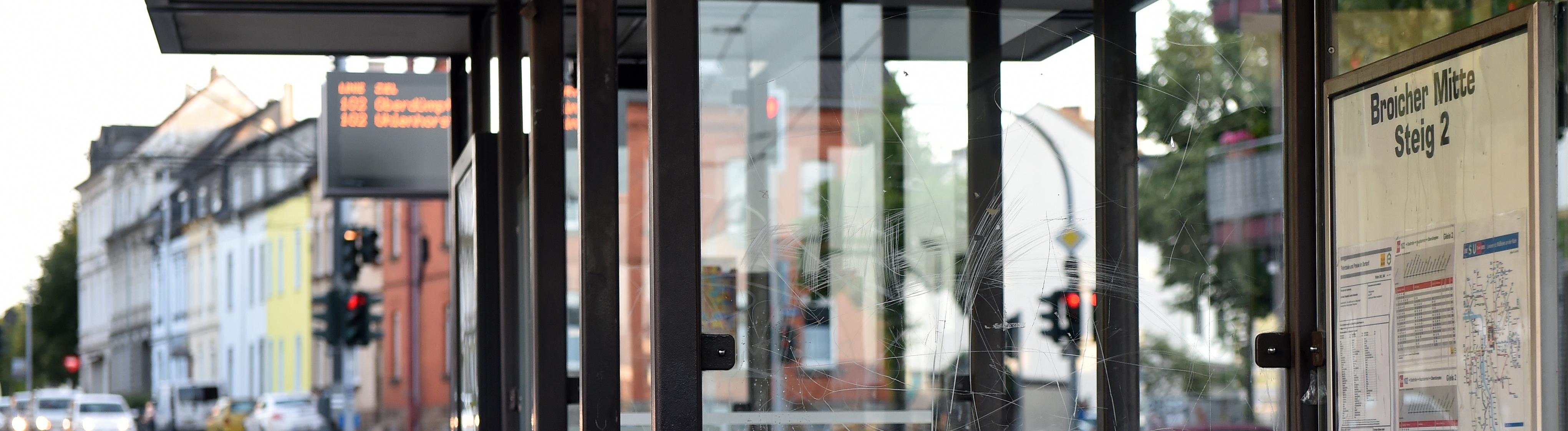 Eine Haltestelle in Mühlheim, in deren Umfeld es am 07.07.2019 zu einem sexuellen Übergriff eines Kindes und mehrerer Jugendlicher gegen ein Mädchen gekommen sein soll. Passiert sei die Tat, nachdem die 15-Jährige einen Linienbus verlassen hatte. Laut Staatsanwaltschaft wird gegen vier Jugendliche wegen sexueller Belästigung ermittelt, einer der Verdächtigen sei noch nicht strafmündig. Alle sind auf freiem Fuß.