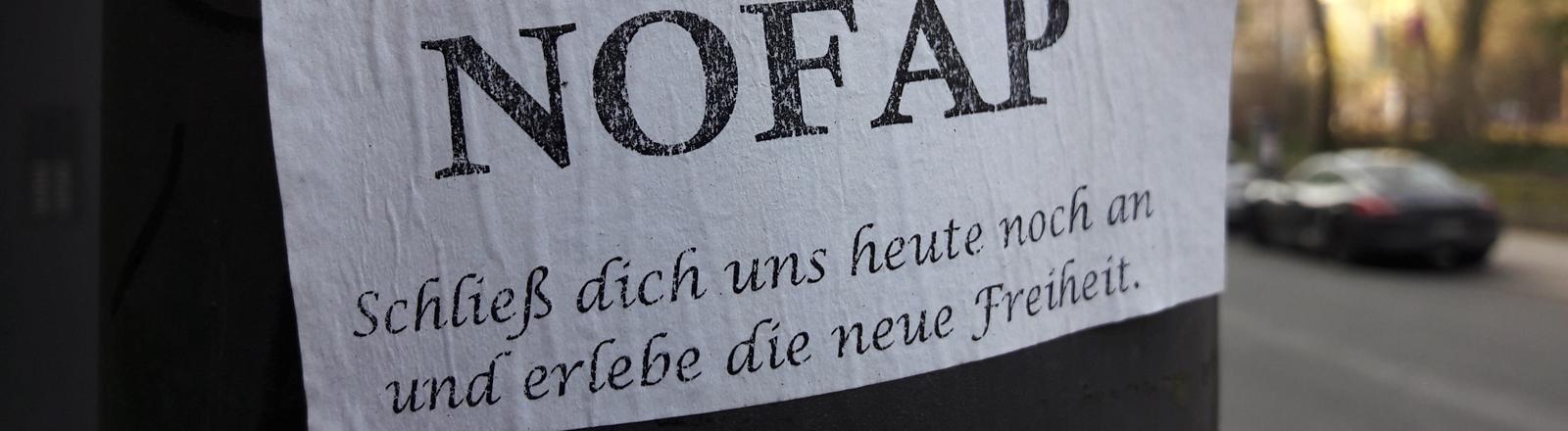 Zettel mit Werbung für die No-Fab-Bewegung an einem Baum