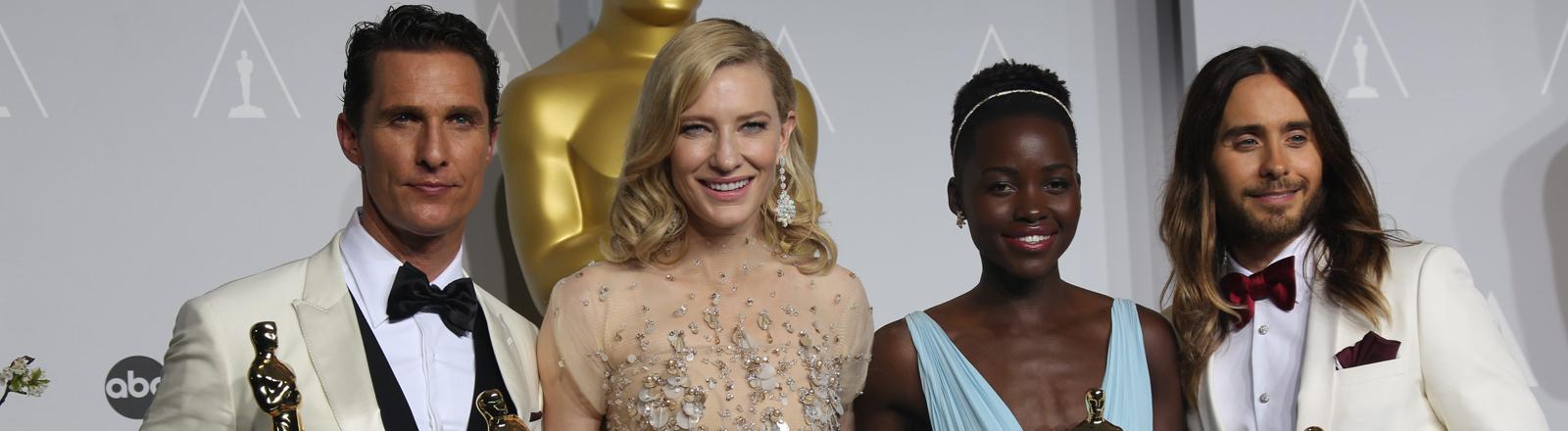 Matthew McConaughey (l-r), Cate Blanchett, Lupita Nyong'o und Jared Leto posieren mit ihren Oscars.