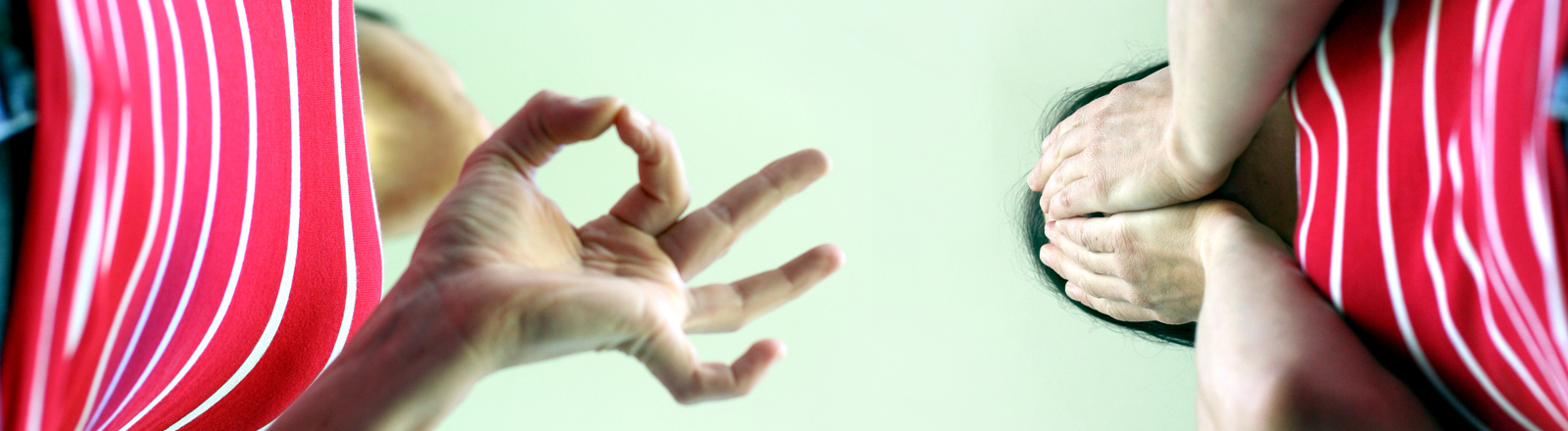 Ein Paar diskutiert und gestikuliert mit den Händen