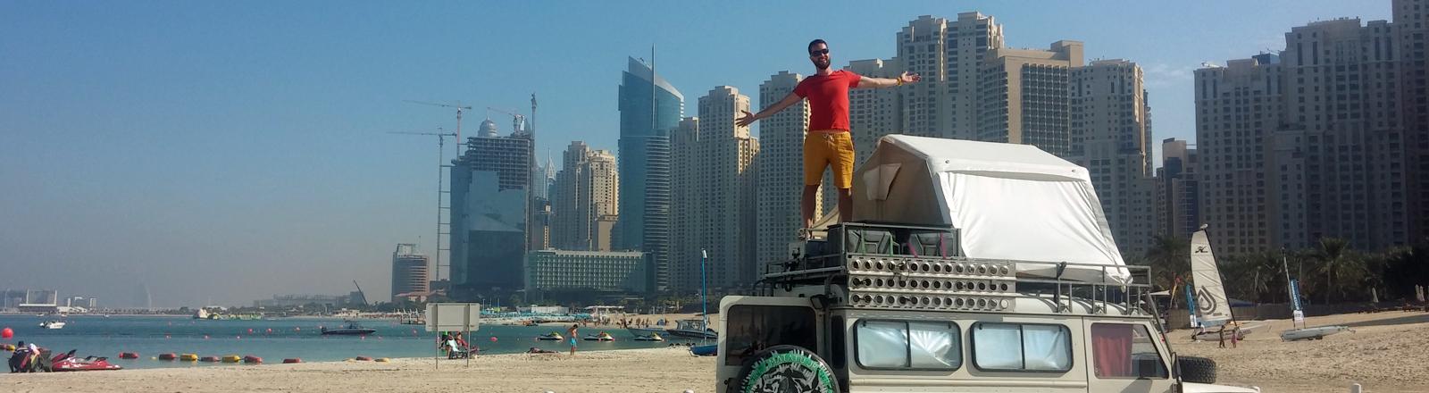 Renzo Müller in seinem Jeep