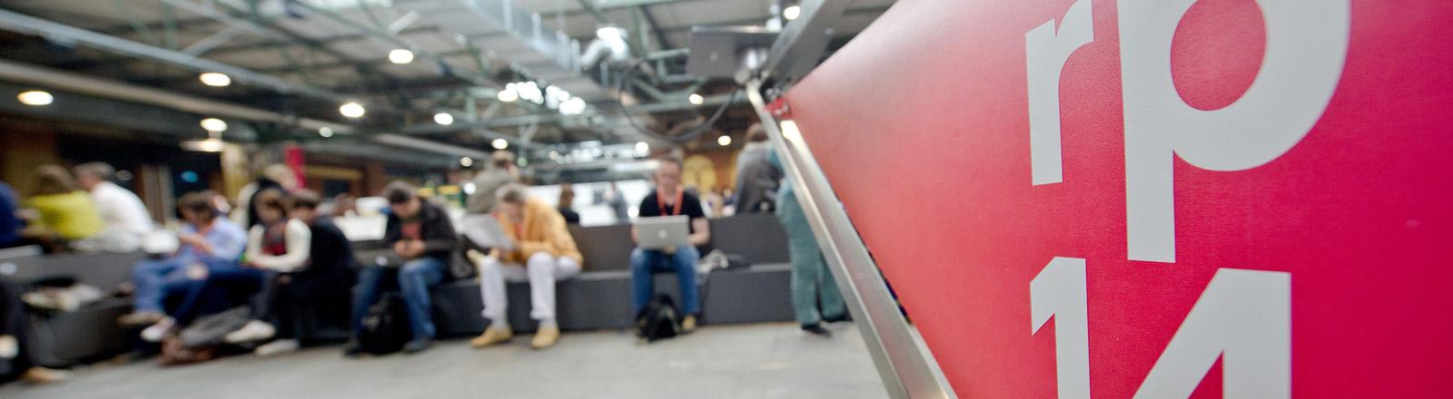 """Besucher der Konferenz """"Republica 14"""" sitzen am 08.05.2014 in der Ausstellungshalle """"Station Berlin"""" in Berlin"""