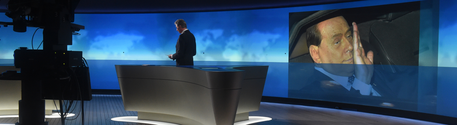 """Nachrichtensprecher Claus-Erich Boetzkes spricht am 15.04.2014 im neuen """"Tagesschau""""-Studio beim NDR in Hamburg die """"Tagesschau"""" um 16 Uhr."""