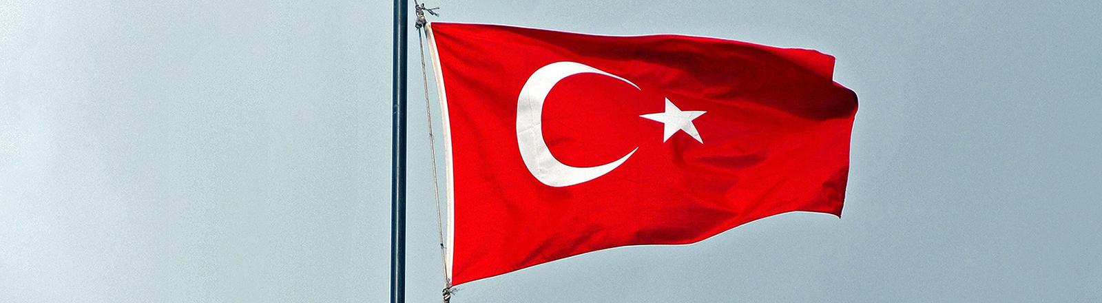 Die türkische Flagge über dem Haupteingangstor zum Topkapi-Serail, aufgenommen am 18.10.2013. Der Topkapi Serail, wörtlich übersetzt der Kanonentor-Palast, wurde ab 1453 kurz nach der Eroberung Konstantinopels erbaut, der damalige Herrscher Mehmet II. befand die strategische Lage auf einer Landzunge zwischen Marmarameer und dem Goldenen Horn für ideal. Seit Baubeginn war der Topkapi der Sitz aller osmanischen Herrscher bis 1856 mit dem Bau des moderneren Dolmabahce-Palast begonnen wurde, der dann neues Domizil der Herrscher wurde.
