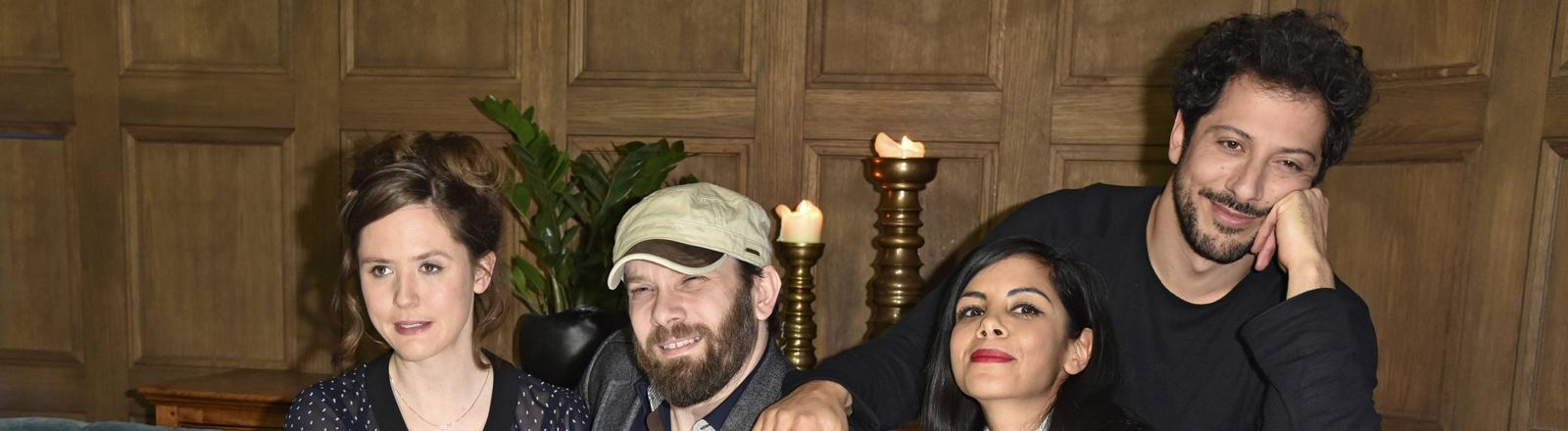 Emily Cox, Christian Ulmen, Collin Ulmen-Fernandez und Fahri Yardim