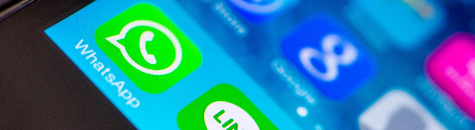 """In der Schnellstartleiste eines iPhones liegen die Chat-Applikationen """"WhatsApp"""" und """"Line"""" nebeneinander."""