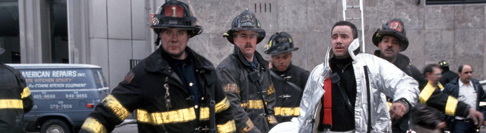Rettungskräfte tragen Verletzte nach dem Anschlag auf das World Trade Center am 26. Februar 1993 weg.