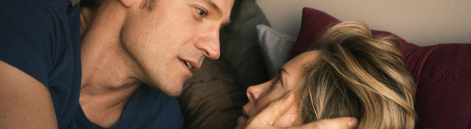 """Nikolaj Coster-Waldau als Andreas und Maria Bonnevie als Anna in einer Szene des Kinofilms """"Zweite Chance""""."""
