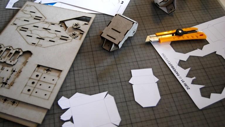 Aus vorgestanzter Pappe und selbstgeschnittenem Papier entsteht ein Roboterbein