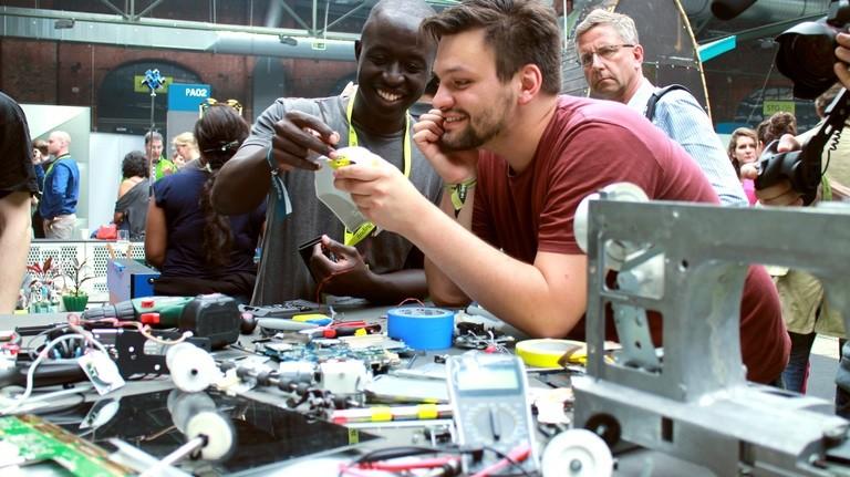 Roy kommt aus Nairobi und hat in seinem Workshop eine Nähmaschine zerlegt
