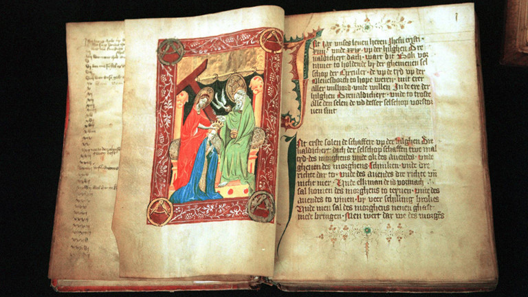 Historisches Buch mit Illustrationen und der karolingische Minuskel