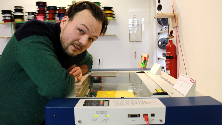 Nicolai unterreichtet im FabLab Lasercutting.