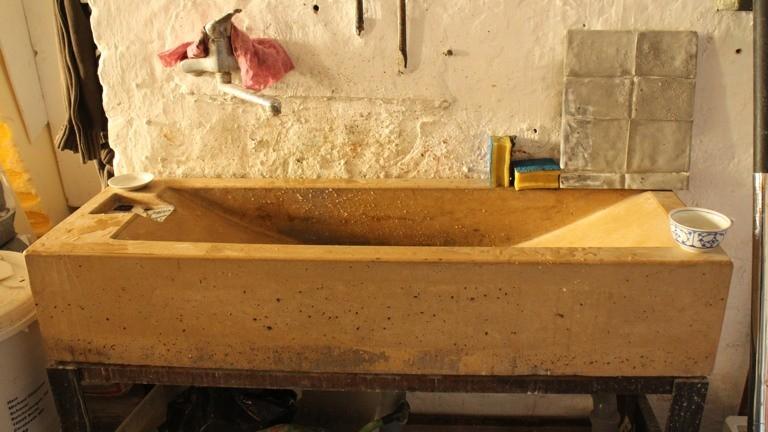 Das Waschbecken in Michaels Atelier ist mit gelber Pigmentfarbe eingefärbt.