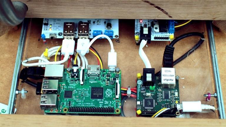 Die Steuerung übernehmen ein Rasperry Pi und Arduino-ähnliche Platinen