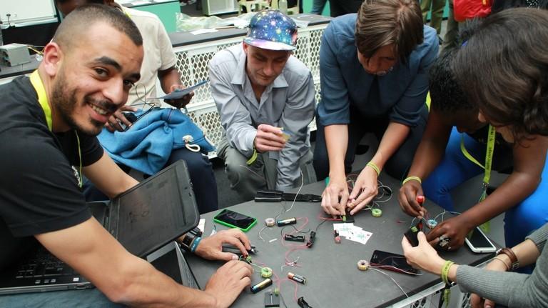 Im Workshop von Tarek wird ein Joule-Thiev gebastelt