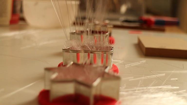 Die Glasfasern werden in Knetmasse gesteckt.
