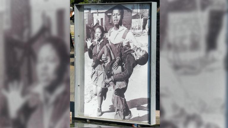 Das Hector-Pieterson-Mahnmal, aufgenommen am 24.05.2016 in einer Parkanlage in Soweto, Johannesburg (Südafrika). Am 16. Juni 1976 wurde der zwölfjährige Hector Pieterson von Polizisten erschossen. 15 000 Schüler demonstrierten an diesem Tag gegen die Einführung von Afrikaans als Unterrichtssprache.