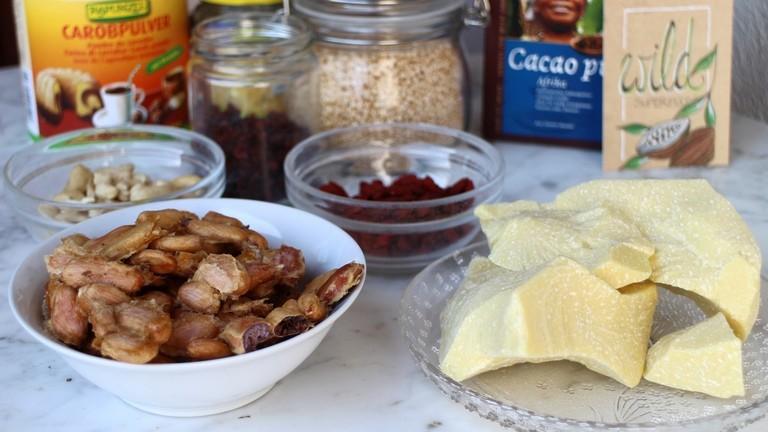 Kakaobohnen und Butter, außerdem Beeren und Nüsse - das sind die Zutaten für Johannas Superschokolade.