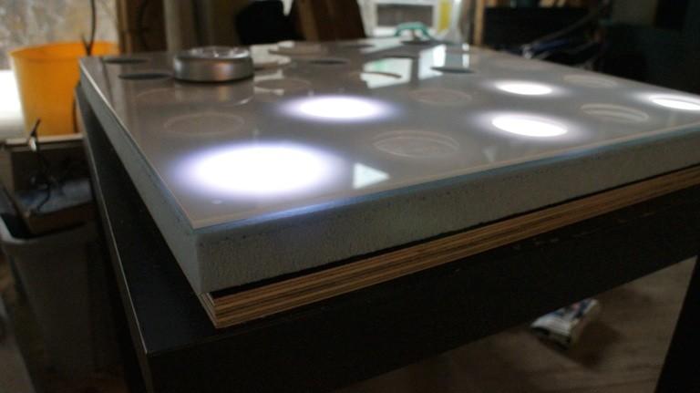 Hier liegt auch ein Prototypen-Panel der geplanten Lichterwand - 42 dieser Panels werden benötigt.