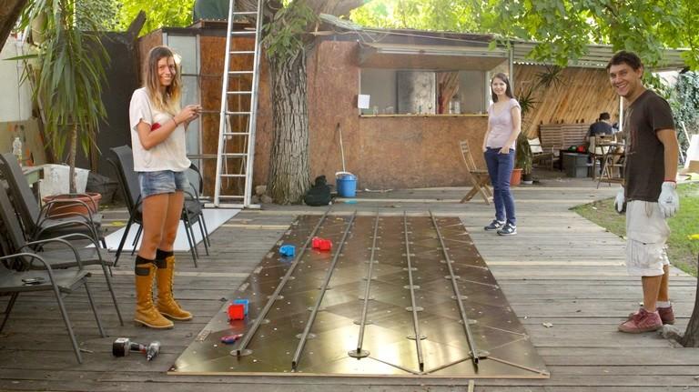 Sorina, Ioana und Matei setzen derweil den Träger-Rahmen der Lichtinstallation zusammen.