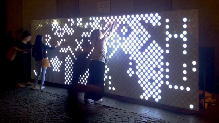 Gut 5000 Menschen spielen an einem Abend mit der Leuchtpixelwand.