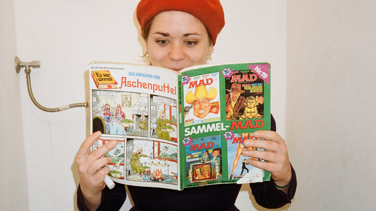 Stefanie Sargnagel liest auf dem Klo das Mad-Magazin.