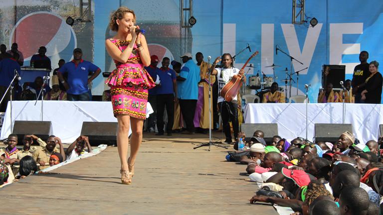 Die Sängerin Deena bei einem Bühnenauftritt in Uganda.
