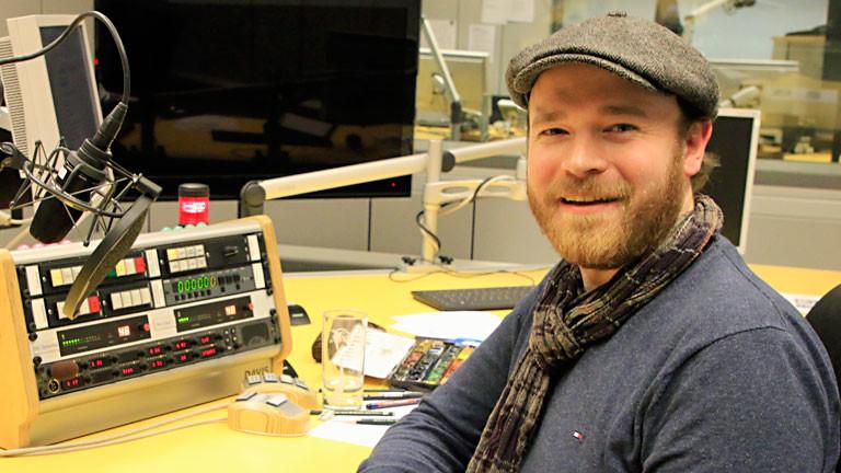 Illustrator Torben Kuhlmann im Studio von DRadio Wissen