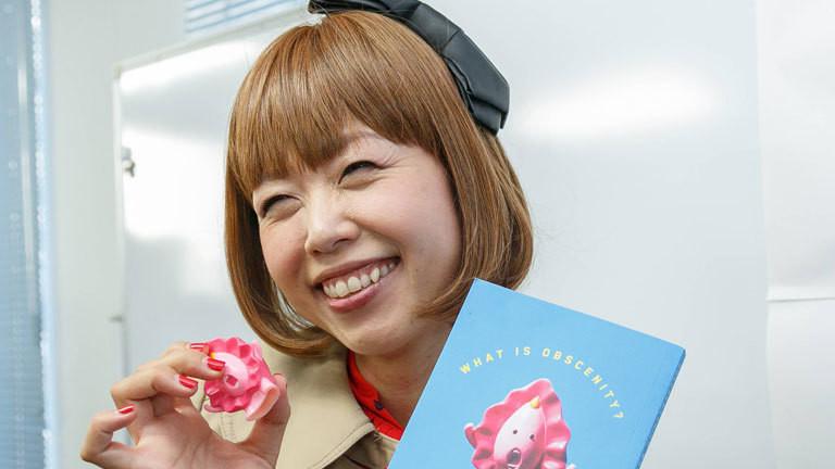 Die japanische Künstlerin Rokudenashiko mit einer Vagina aus Plastik in der Hand.