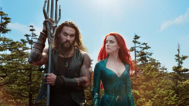 """Eine Szene aus dem Film """"Aquaman"""" mit Jason Momoa und Amber Heard als Mera."""