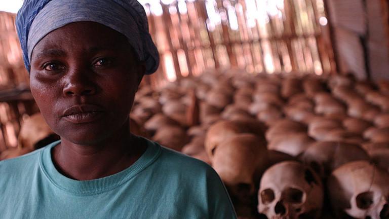 Dancila Nyirabazungu ist eine Überlebende und eine der Kuratorinnen des Genozid-Denkmals in der Queen of the Apostles Kirche von Ntarama.