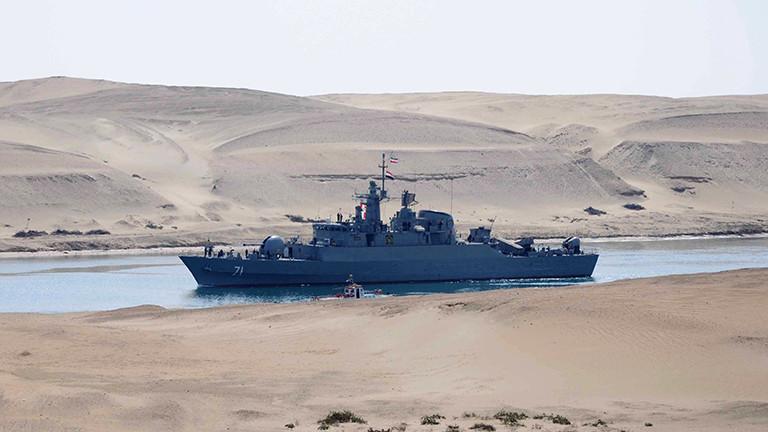 Ein iranisches Militärschiff durchquert den Sueskanal.