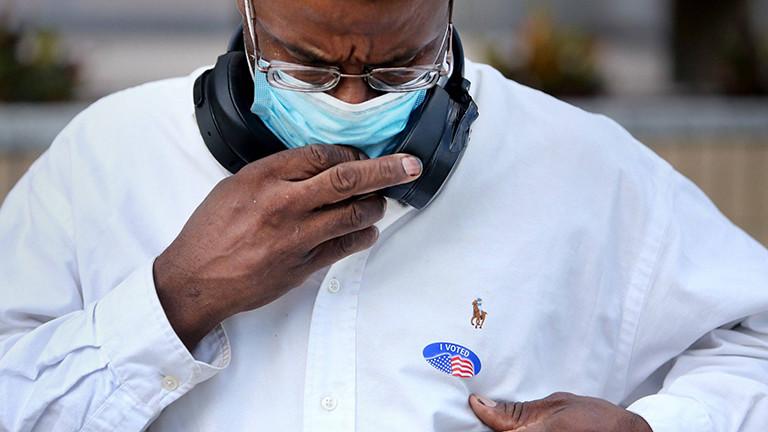 """Ein Mann trägt auf seinem Hemd einen Aufkleber, auf dem """"I voted"""" steht; er hat gerade seine Stimme abgegeben, in der Stadt Clearwater, im US-Bundesstaat Florida (19.10.2020)"""