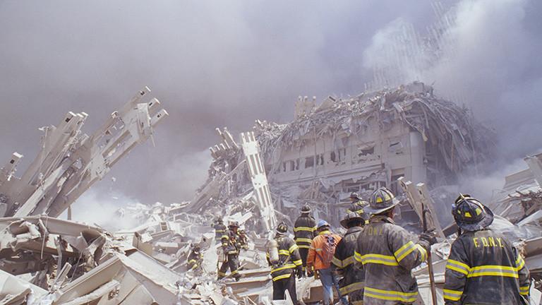 Feuerwehrleute klettern im September 2001 über die Überreste des Marriott-Hotels und des zweiten eingestürzten Turms des World Trade Centers.